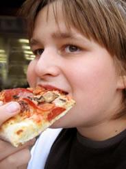 boy eating pizz